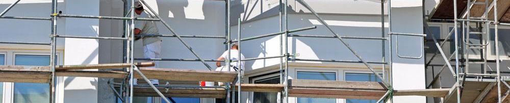 Maler renovieren die Aussenfassade